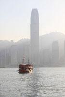 観光船と霧の中のアイエフシータワー
