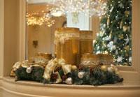 鏡と棚に飾られたクリスマスデコレーション