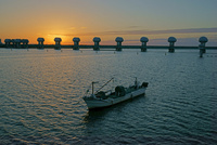 漁船と長良川河口堰・朝焼け 伊勢大橋より望む