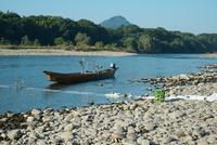 長良川と漁船 瀬張り網漁 岐阜城を望む