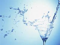 グラスに注がれた水しぶき