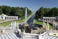 ペテルゴーフ宮殿と噴水と下の公園