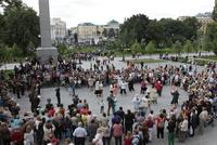 マネージ広場でダンスをする人々