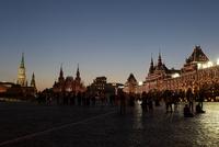 夜の赤の広場 右はグム百貨店
