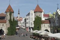 旧市街入口の門と街並み