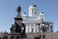ロシア皇帝アレクサンダー2世像とヘルシンキ大聖堂