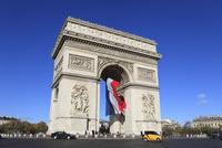 フランス国旗掲げられた凱旋門