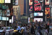 タイムズスクエアを往く人々 夕景