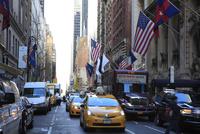 マンハッタンを行き交うイエローキャブと星条旗