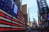 タイムズスクエアと星条旗のネオンサイン