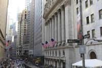 ウォールストリートの標識とニューヨーク証券取引所