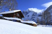 雪の丘に建つ家とヴェッターホルン