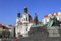 旧市街広場に建つヤン・フス像とミクラーシュ教会
