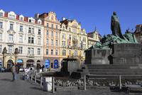 旧市街広場に建つヤン・フス像と街並み