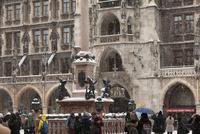 マリエン広場に建つ魚の噴水と市庁舎