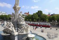オーストリア国会議事堂と女神アテナ像とリングを走るトラム