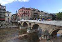ミリャツカ川に架かるラテン橋とサラエボ博物館