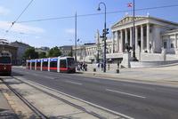 オーストリア国会議事堂とリングを走るトラム