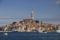 アドリア海に浮かぶロビィニと聖エウフェミヤ聖堂と鐘楼