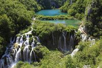エメラルドグリーンに輝く湖と無数の滝