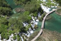 エメラルドグリーンに輝く湖と無数の滝と木道