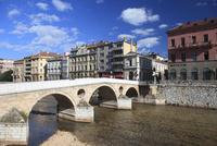 ミリャツカ川に架かるラテン橋と街並み