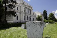 石碑とボスニアヘルツェゴビナ国立博物館