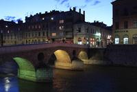 ミリャツカ川に架かるラテン橋と街並み夕景