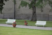 白いベンチと城壁