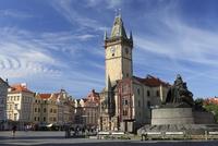 ヤン・フス像と旧市街広場に建つ旧市庁舎の塔