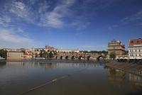 ヴルタヴァ川に架かるカレル橋とプラハ城