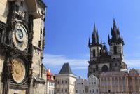 旧市庁舎の塔にある天文時計とティーン教会