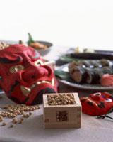 豆と鬼の面 22442001041| 写真素材・ストックフォト・画像・イラスト素材|アマナイメージズ