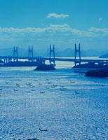 瀬戸大橋と漁船