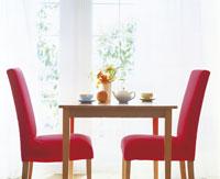 窓辺の椅子とテーブル