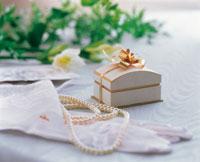 真珠のネックレスと小さな箱 ウェディングイメージ