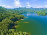 ドローンによる聖湖と中国山地の山並み 22451035282| 写真素材・ストックフォト・画像・イラスト素材|アマナイメージズ