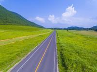 ドローンによる三瓶山西の原と三瓶山公園線 22451035298| 写真素材・ストックフォト・画像・イラスト素材|アマナイメージズ