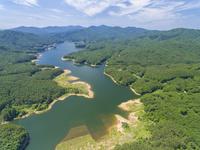 ドローンによる聖湖と中国山地の山並み 22451035323| 写真素材・ストックフォト・画像・イラスト素材|アマナイメージズ