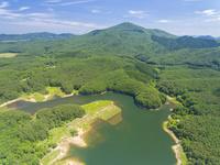 ドローンによる聖湖と中国山地の山並み 22451035325| 写真素材・ストックフォト・画像・イラスト素材|アマナイメージズ