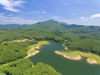 ドローンによる聖湖と中国山地の山並み 22451035326| 写真素材・ストックフォト・画像・イラスト素材|アマナイメージズ