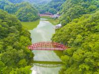 ドローンによる帝釈峡の神竜湖 22451035352| 写真素材・ストックフォト・画像・イラスト素材|アマナイメージズ