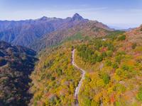 ドローンによる霊峰石鎚山と紅葉 22451035434| 写真素材・ストックフォト・画像・イラスト素材|アマナイメージズ