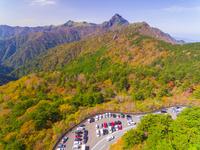 ドローンによる霊峰石鎚山と紅葉 22451035436| 写真素材・ストックフォト・画像・イラスト素材|アマナイメージズ