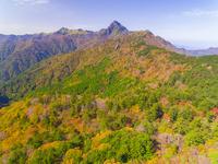ドローンによる霊峰石鎚山と紅葉 22451035437| 写真素材・ストックフォト・画像・イラスト素材|アマナイメージズ
