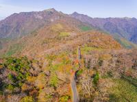 ドローンによる四国山地の紅葉 22451035438| 写真素材・ストックフォト・画像・イラスト素材|アマナイメージズ
