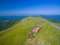ドローンによる四国カルストの放牧と山並み 22451035445| 写真素材・ストックフォト・画像・イラスト素材|アマナイメージズ
