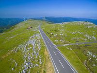 ドローンによる四国カルストの放牧と山並み 22451035447| 写真素材・ストックフォト・画像・イラスト素材|アマナイメージズ