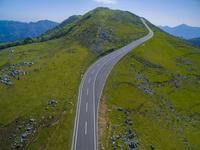 ドローンによる四国カルストと横断する県道 22451035448| 写真素材・ストックフォト・画像・イラスト素材|アマナイメージズ