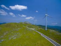 ドローンによる四国カルストと風力発電 22451035449| 写真素材・ストックフォト・画像・イラスト素材|アマナイメージズ